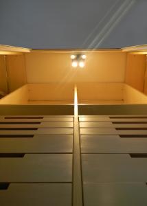 INTERNI CABINA ARMADIO CON CASSETTIERE SU MISURA E LED